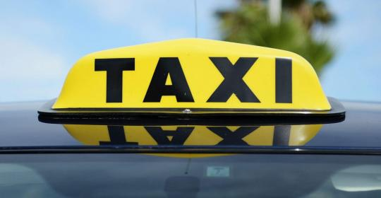 Пассажирка такси в Иркутске украла у водителя 5 тысяч рублей