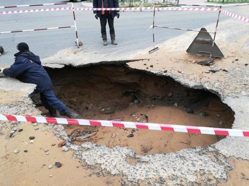 Кузнецов поручил принять меры к компаниям, на чьих сетях после ливня провалился асфальт
