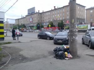Черные мешки с мусором вдоль дороги «мозолят» челябинцам глаза