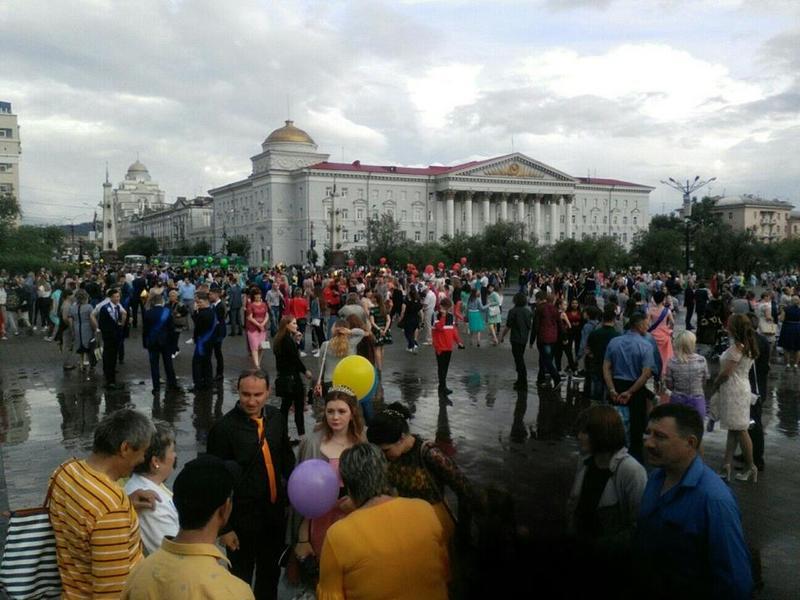 Из-за дождя отменили шествие выпускников в Чите