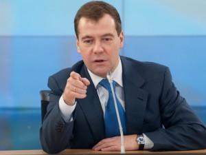 Медведев потребовал защитить пенсионеров от увольнения. Кому и как?