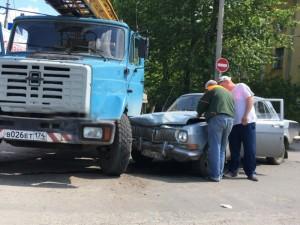 «Волга» врезалась в грузовик