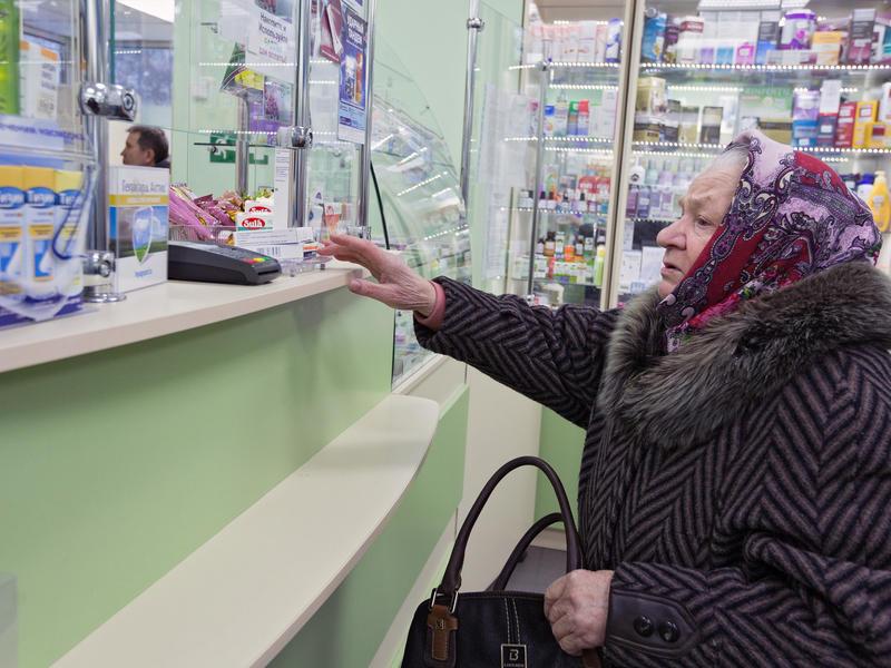 Малоимущим россиянам предложили субсидировать покупку лекарств