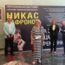Выставку художника Никаса Сафронова отметили в Госдуме просроченными конфетами