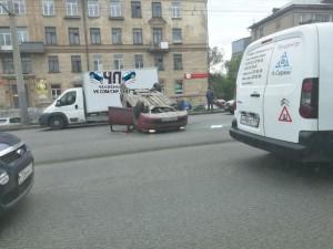 Машина перевернулась на Свердловском проспекте