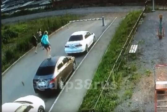 В Иркутске подростки прыгали по крышам припаркованных машин. Видео