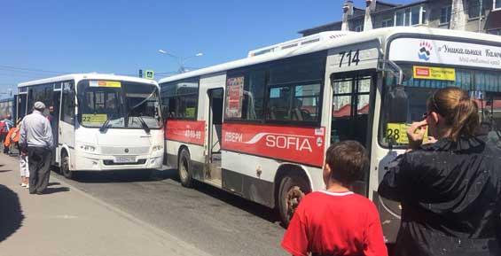 В Петропавловске два рейсовых автобуса не подели одну остановку