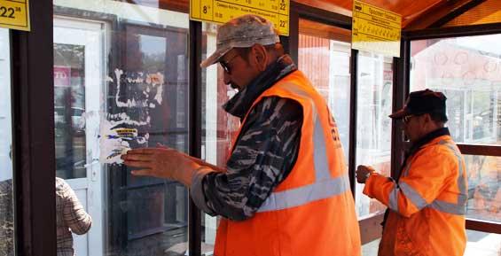 Власти будут штрафовать горожан, которые клеят объявления на остановках
