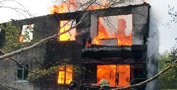 Причину пожара в доме на улице Авиационной нашли на чердаке