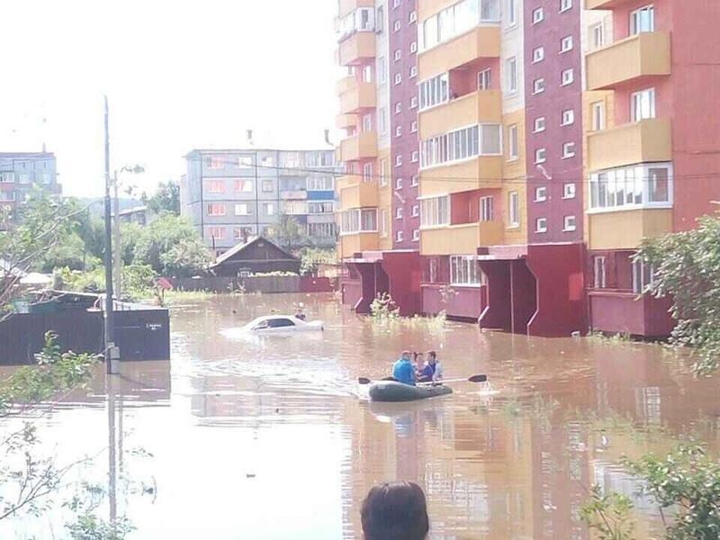 Коммунальные службы начали откачивать воду с затопленных улиц в Чите