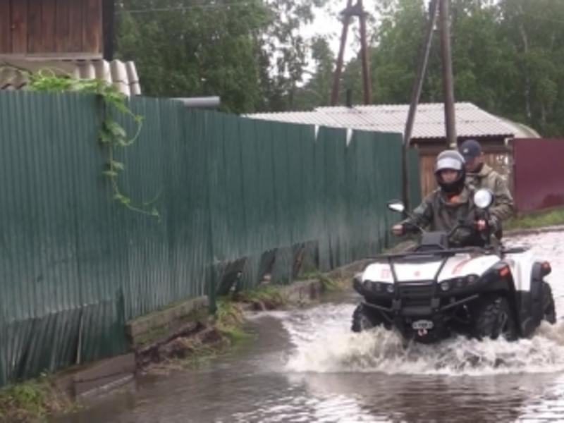 Спасатели стали на квадроциклах передвигаться по затопленным посёлкам Читы