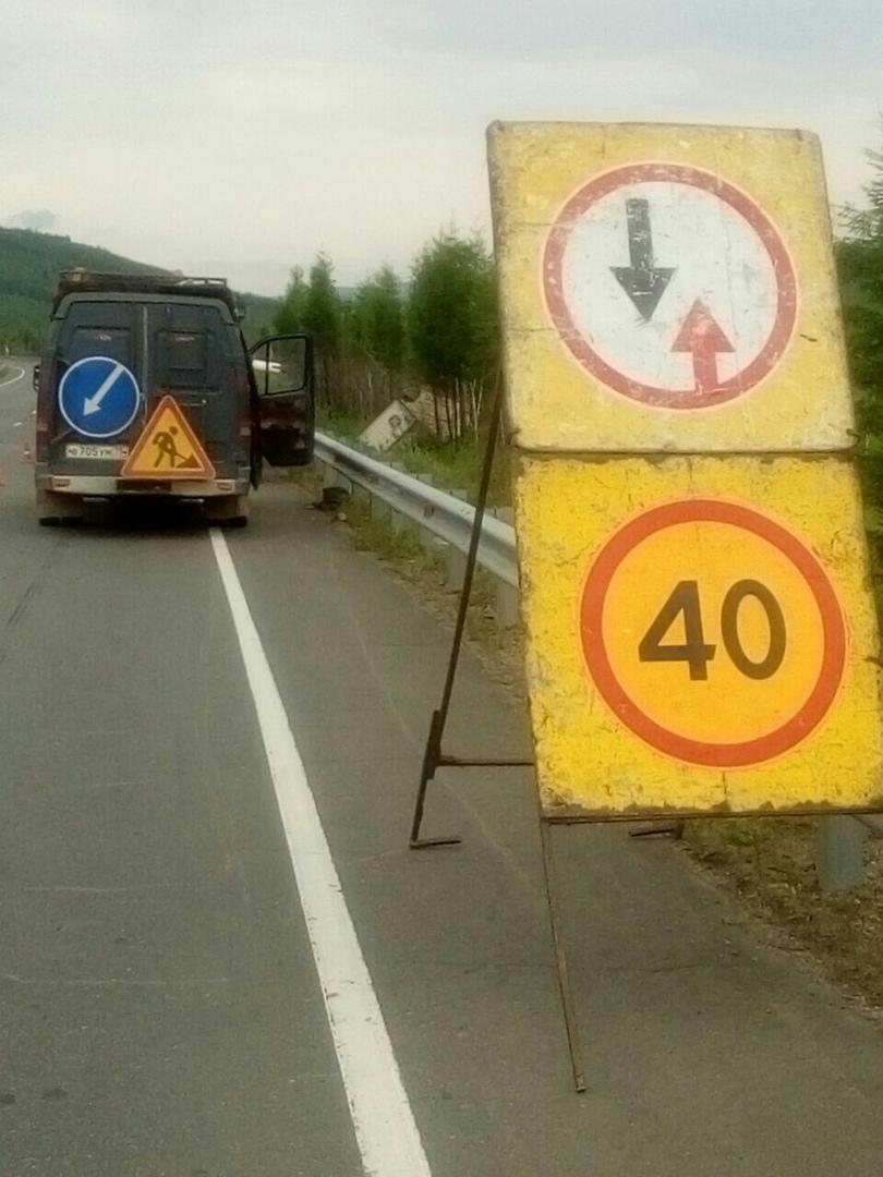 Дальнобойщик четвёртый день не может вытащить съехавшую с трассы фуру в Забайкалье