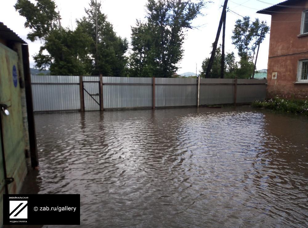 Читинцы жалуются на невозможность выйти из дома из-за воды