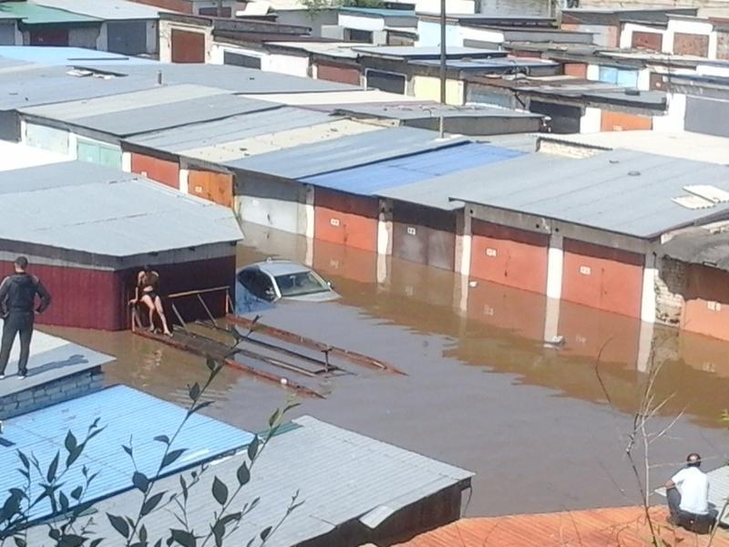 Десятки машин затопило в Чите из-за подъёма воды в реке