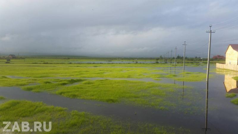 Вода начала подтапливать Биофабрику, жители роют траншею