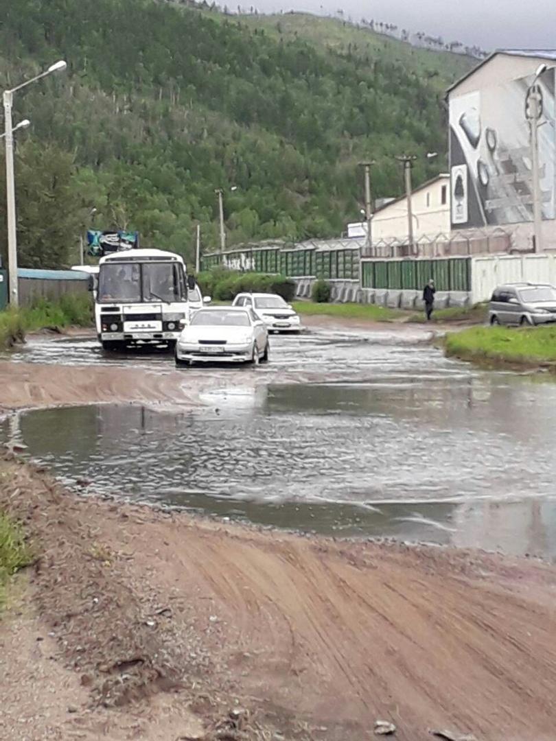 Огромная лужа образовалась на ул. Промышленной в Чите после ливней