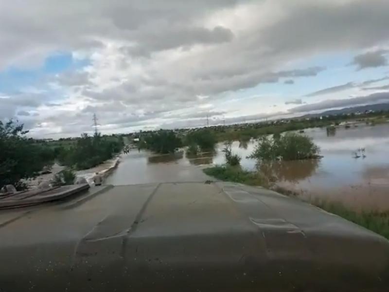 Полиция дежурит на перекрытой дороге КСК-ГРЭС, где разлилась вода