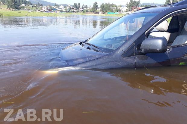 Забайкалка утопила Lexus в Ингоде, на спор поехав через брод – очевидец