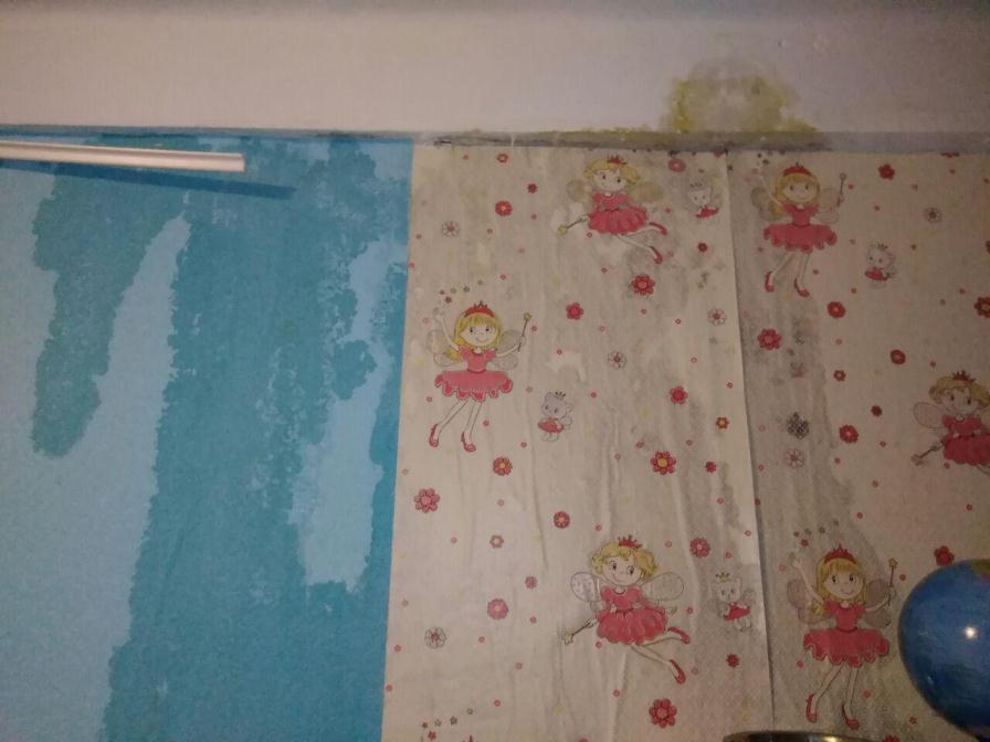 Фото воды в плафоне и отошедших обоев присылают читинцы после ливня