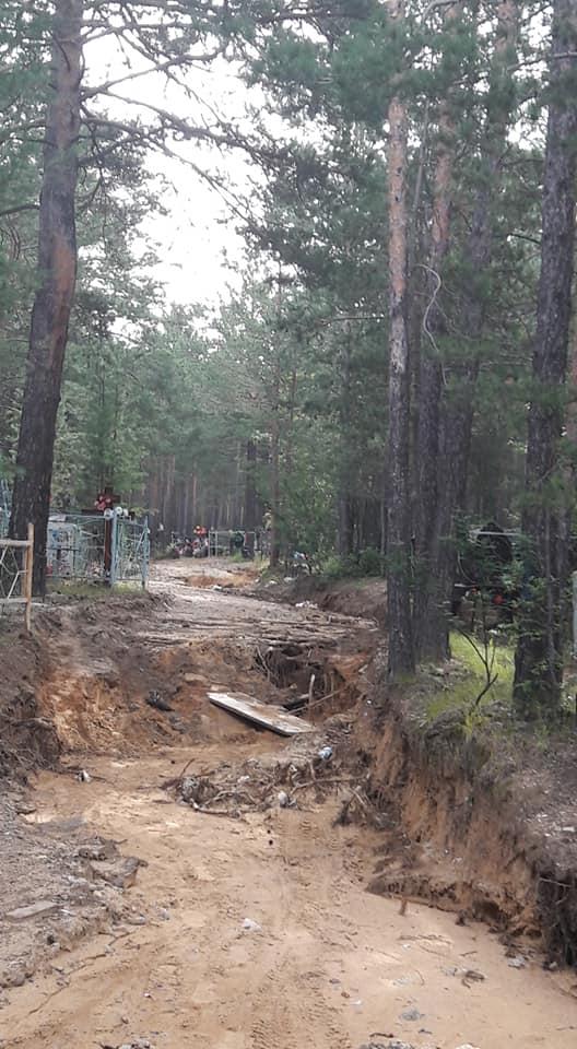 Ливни размыли дороги и занесли песком могилы на кладбище в Чите – очевидец