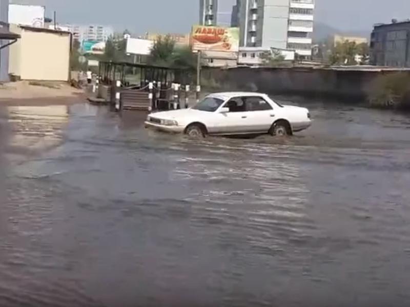 Лужа около оптовых баз на Лазо в Чите не уменьшается с начала дождей - очевидцы