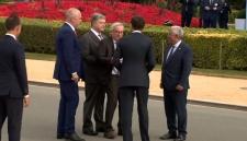 Нетрезвый Юнкер едва не упал на Петра Порошенко