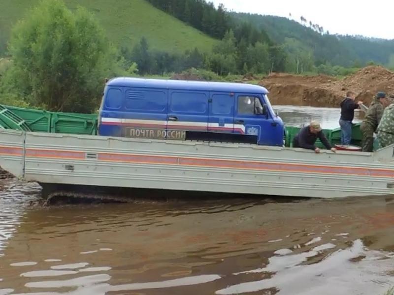 Почтовые УАЗы доставляют в подтопленные сёла Забайкалья на плавающем транспортёре