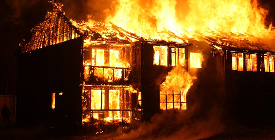В Елизовском районе сгорела деревянная баня