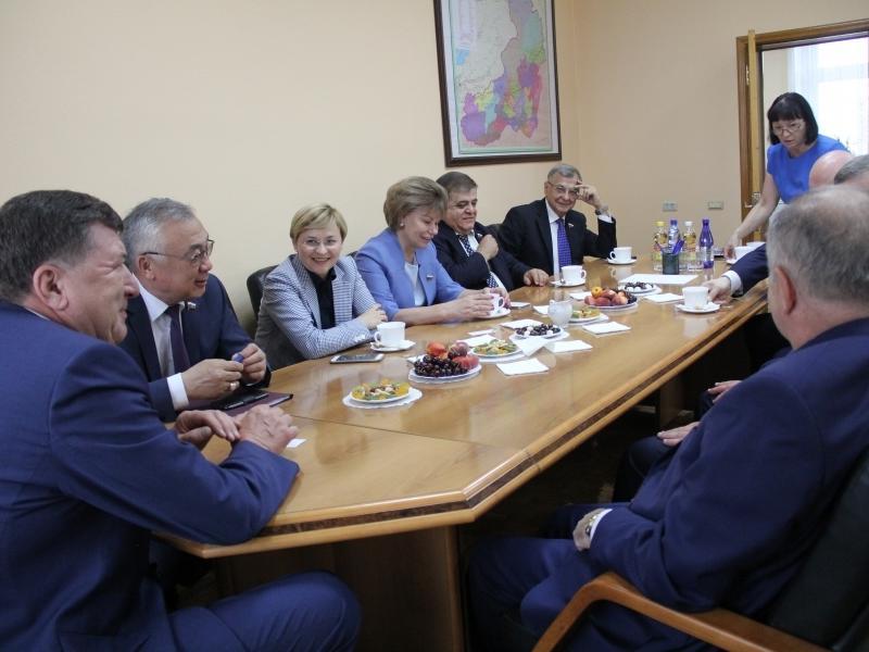 Спикер Лиханов встретился с сенаторами и улетел с Матвиенко в Пекин