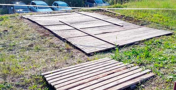 Ямы на месте снесенного дома в Петропавловске прикрыли щитами из досок