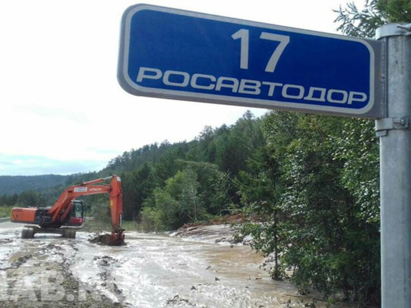 Дорожники отчерпывают грязь на месте схода селя на трассе «Амур» под Читой