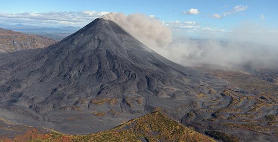 На Камчатке вулкан Карымский выбросил пепел на высоту 3,5 километра