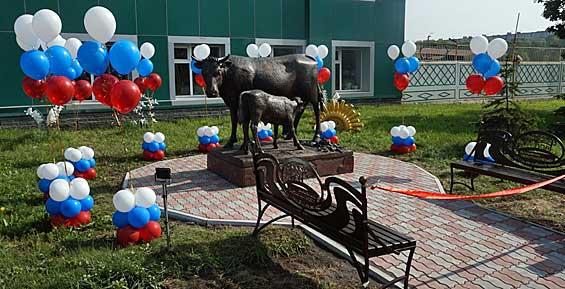 Камчатцев приглашают фотографироваться с бронзовыми коровой и теленком