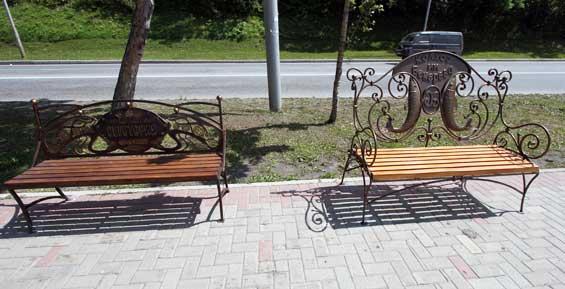 В центре Петропавловска поставили еще 16 спонсорских лавочек