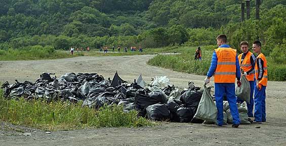 Молодежь из Петропавловска собрала на берегу мыса Восточный 150 мешков мусора