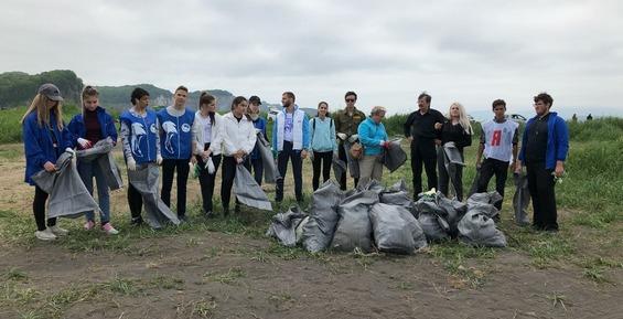 Во время субботника на бухте Малая Лагерная активисты собрали 36 мешков мусора