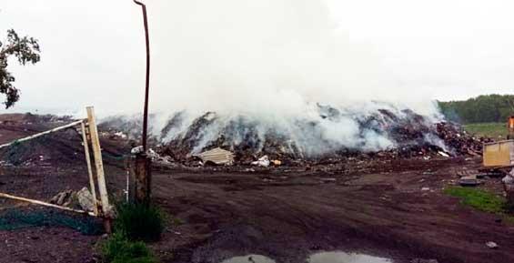На Камчатке третий день не могут потушить пожар на свалке