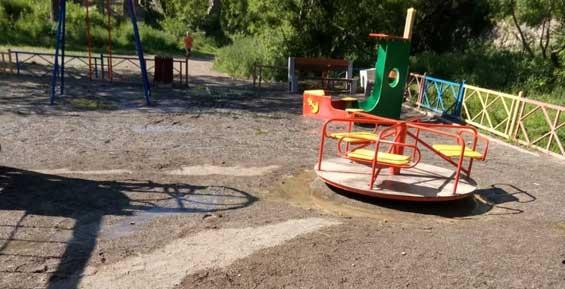 В Петропавловске вода с резким запахом залила детскую площадку