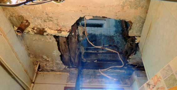 В Петропавловске пенсионер в туалете провалился к соседям с первого этажа