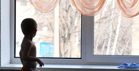 На Камчатке двухлетний мальчик попал в больницу после падения с четвертого этажа