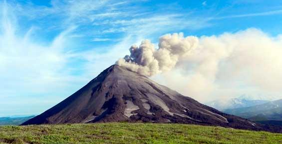 Вулкан Карымский на Камчатке выбросил пепел на высоту пять километров