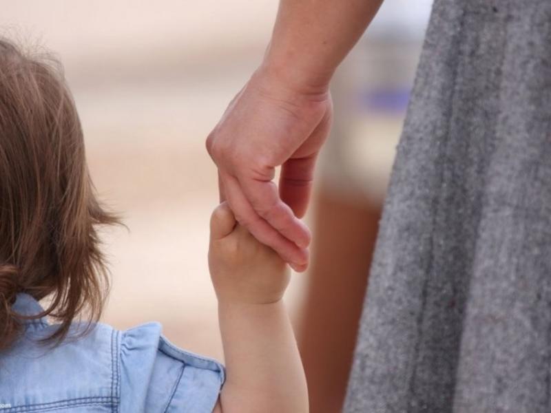 Ограничить число детей в приемных семьях до трех хотят в России