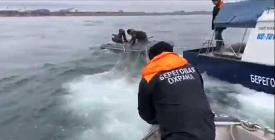 Камчатские пограничники на катере протаранили лодку аборигенов (видео)