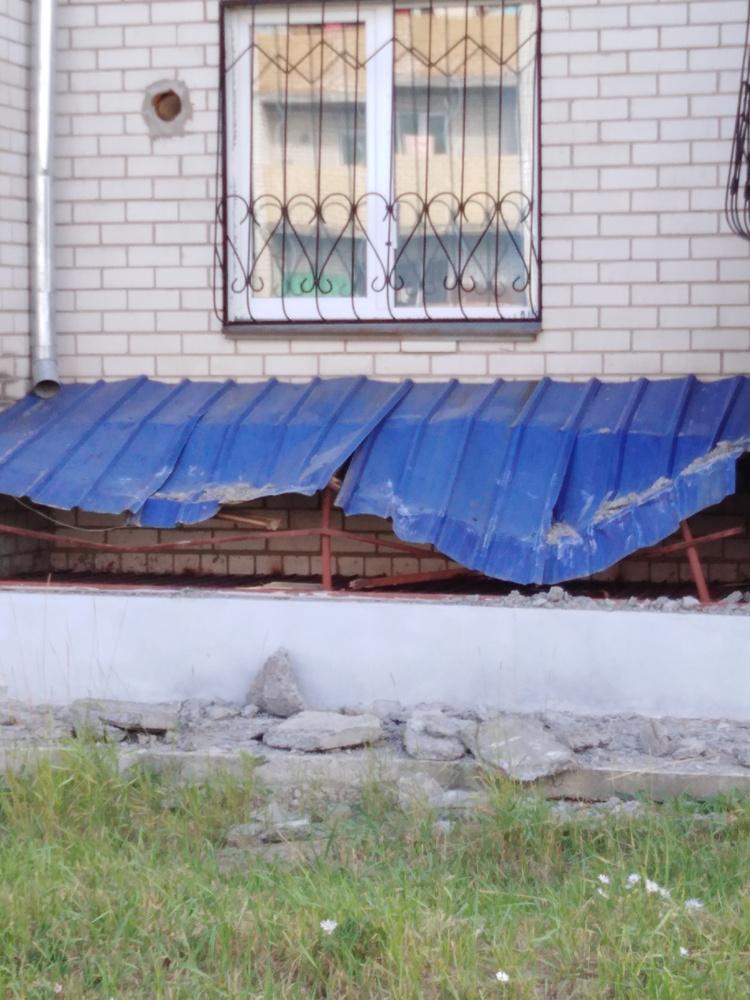 Плита упала с крыши жилого дома на Девичьей сопке в Чите