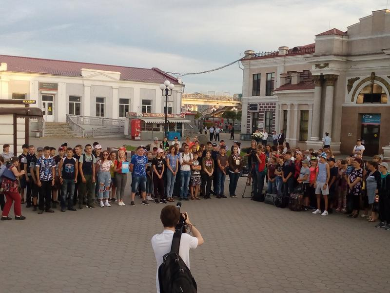 Жданова на вокзале Читы проводила пострадавших от паводка детей на Байкал
