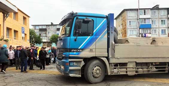 Для камчатских льготников на грузовике подвезли бесплатную рыбу (фото)