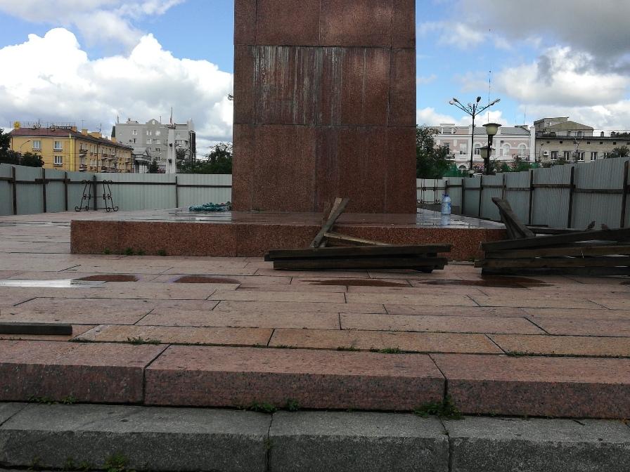 Кузнецов сделал замечания подрядчику по укладке плитки на пл. Ленина