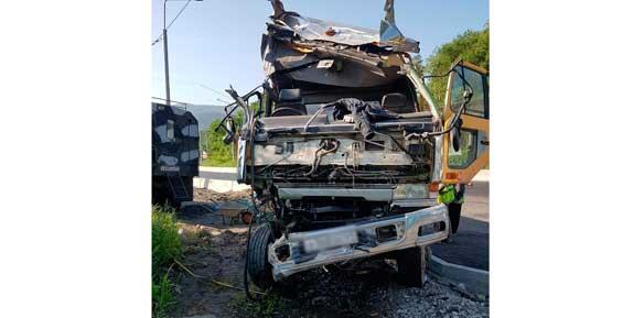 В Петропавловске неуправляемый грузовик врезался в столб (фото, видео)