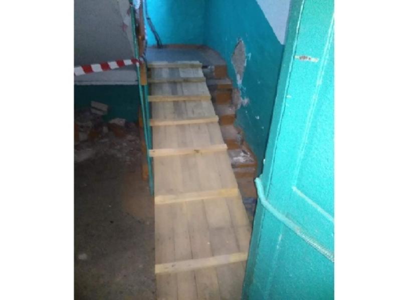Жители многоэтажки в Чите вынуждены пробираться в квартиры по настилу из досок