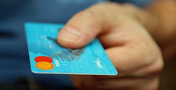 Житель Камчатки обворовал знакомую, оформившую для него банковскую карту